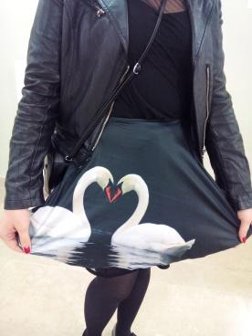 quand j'ai vu sa jupe j'ai pensé à The Black Swan même si là les signes sont blancs sur un fond noir